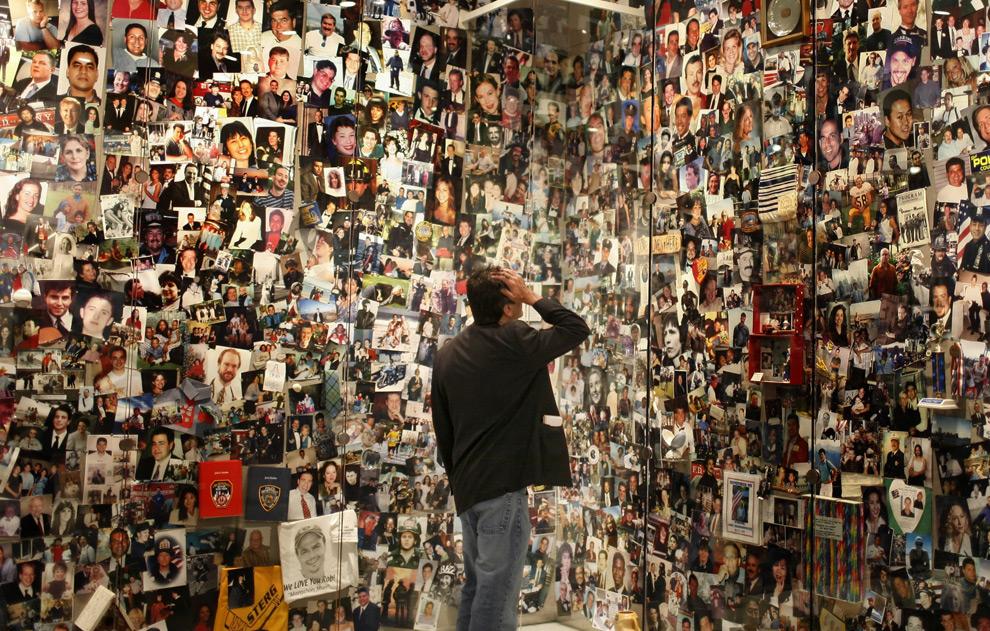 1. Дэвид Филипов ищет фотографию своего отца Эла Филипова в центре, где располагается мемориал памяти погибших 11 сентября 2001 года в башнях-близнецах в Нью-Йорке. Центр управляется «Семейной ассоциацией» и выступает в качестве музея и памятника жертвам атак 11 сентября 2001 года. Отец Филиппова был на борту рейса American Airlines Flight 11, который первым врезался в здание. (Scott Lewis)