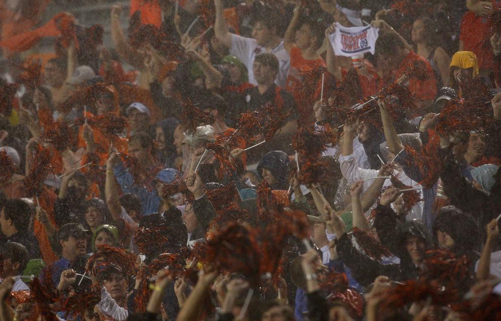 2. Фанаты стоят под сильным ливнем перед отложенным матчем между командами «Auburn Tigers» и «West Virginia Mountaineers» на стадионе Джордан-Хэар 19 сентября 2009 года в Оберне, штат Алабама. (Kevin C. Cox/Getty Images)