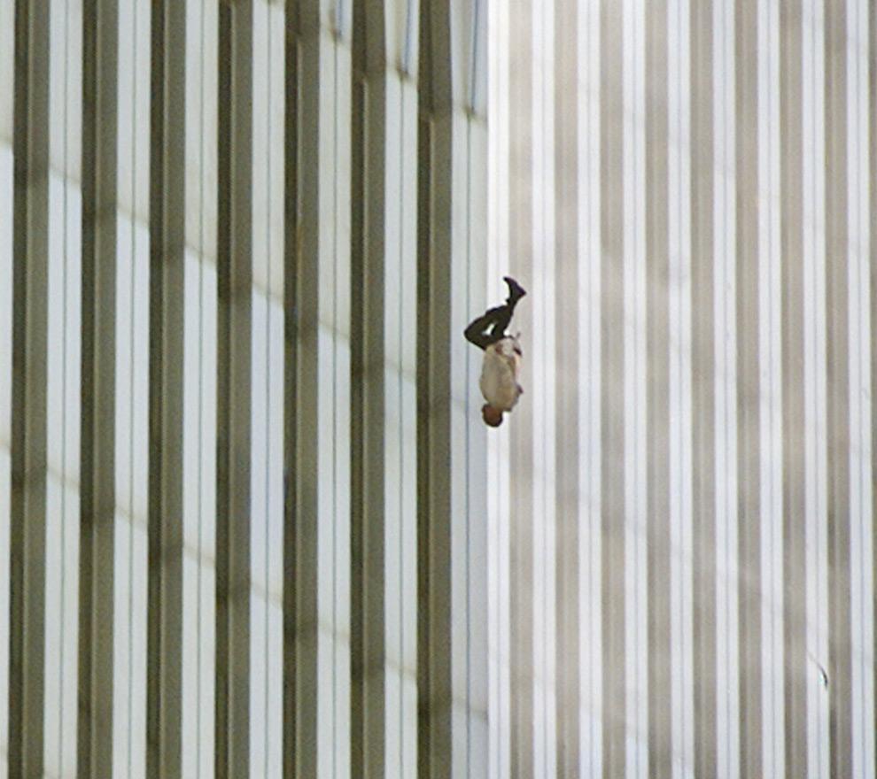 2. Человек, чья личность так и не была установлена, падает вниз головой из северной башни торгового центра в Нью-Йорке после атаки в четверг 11 сентября 2001 года. Эта знаменитая фотография вдохновила авторов журнала «Esquire» на статью, а позднее – и на создание документального фильма. (AP Photo/Richard Drew)