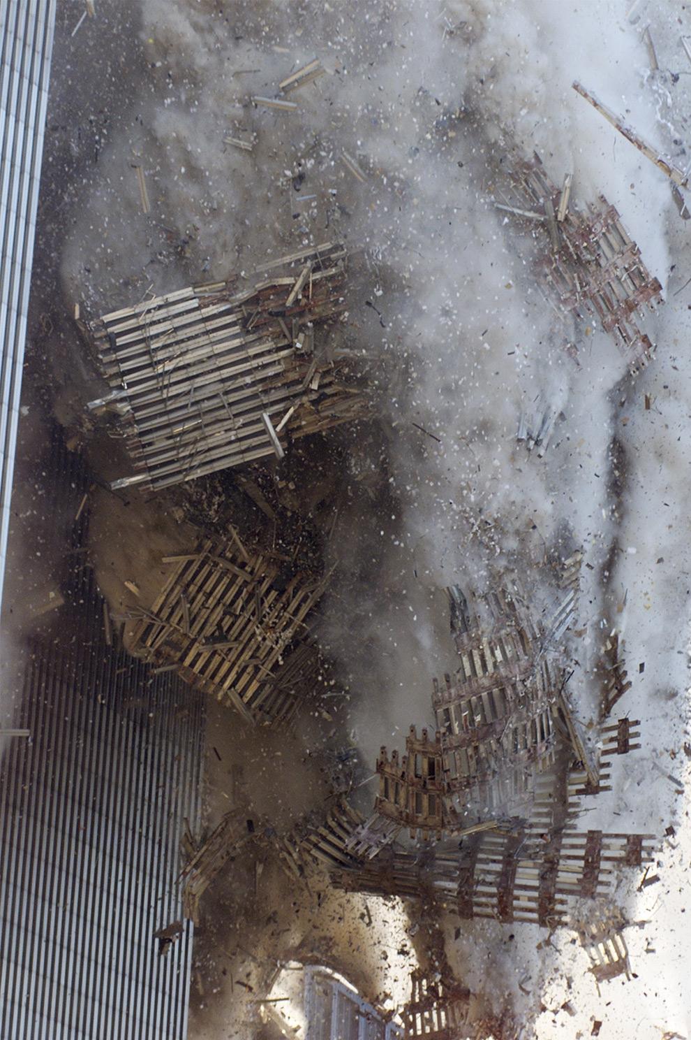 3. Южная башня Всемирного торгового центра во время катастрофы 11 сентября 2001 года. (AP Photo/Richard Drew)