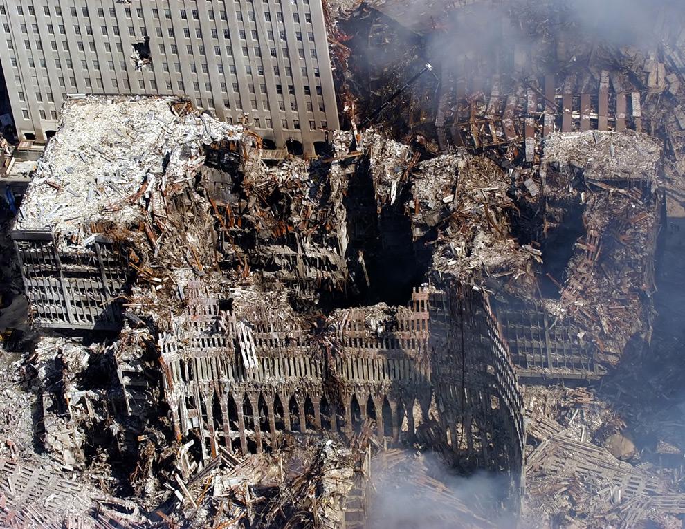 4. Вид с воздуха на часть руин Всемирного торгового центра 17 сентября 2001 года после террористической атаки. Соседние здания сильно пострадали от обломков во время падения башен-близнецов. (U.S. Navy photo by Chief Photographer's Mate Eric J. Tilford)