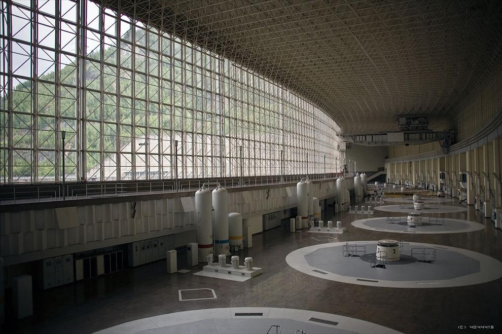 4. На этом снимке, сделанном 25 июня 2009 года, за несколько недель до аварии, еще неповреждённый машинный зал Саяно-Шушенской ГЭС. (Andrey Korzun / CC BY-SA)