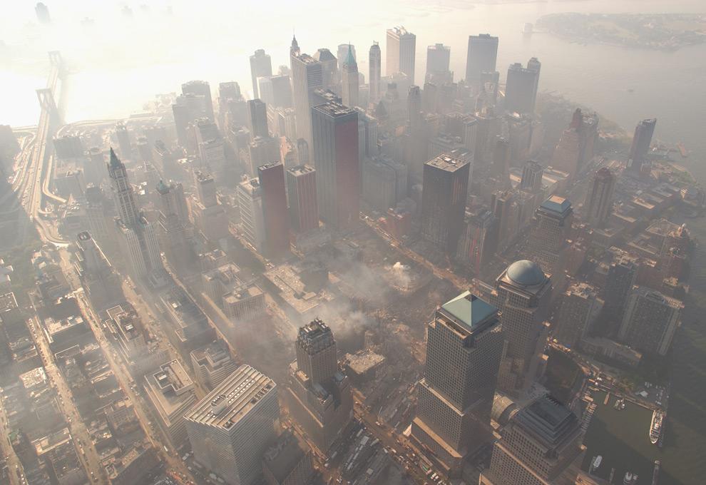 5. Вид с воздуха на восстановительные работы в Манхэттене на месте бывшего Всемирного торгового центра 4 октября 2001 года. (Andrea Booher/ FEMA News Photo)