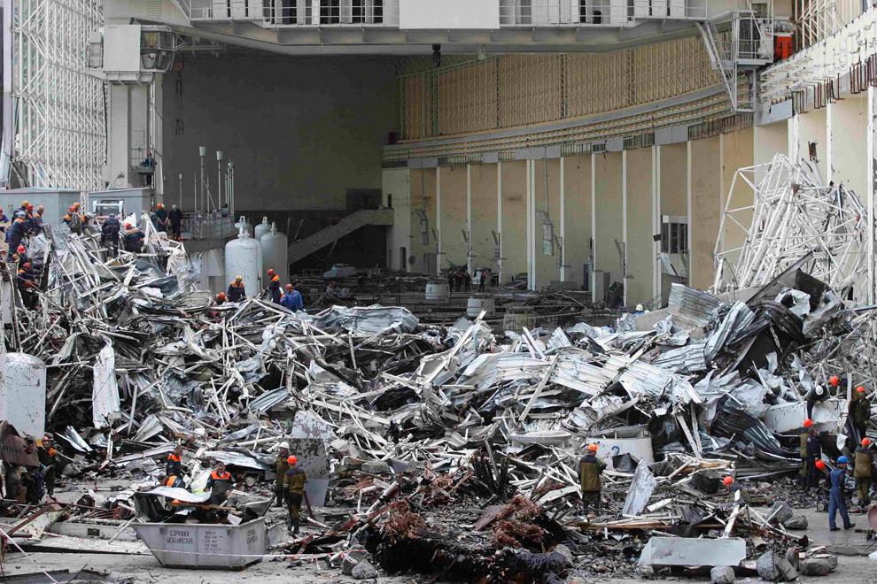 5. Тот же зал после аварии. Спасатели работают среди обломков Саяно-Шушенской ГЭС недалеко от поселка Черемушки 20 августа 2009 года. (REUTERS/Ilya Naymushin)