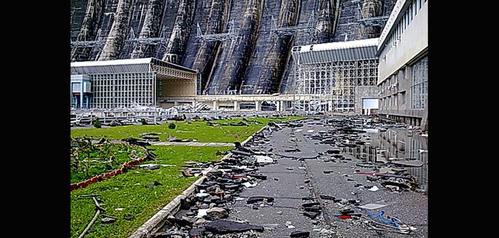 6. На этом снимке, сделанном в понедельник 17 августа 2009 года и опубликованном сибирским отделением МЧС во вторник 18 августа, можно увидеть ущерб, нанесенный Саяно-Шушенской ГЭС. (AP Photo/Emergency Ministry, Siberian Branch)