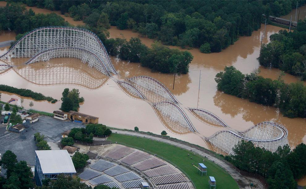 6. Американские горки в парке развлечений Джорджии «Шесть Флагов» почти полностью затоплены во вторник 22 сентября 2009 года в Остелле, штат Джорджия. Шедшие несколько дней сильные ливни затопили некоторые районы Атланты. (AP Photo/John Bazemore)