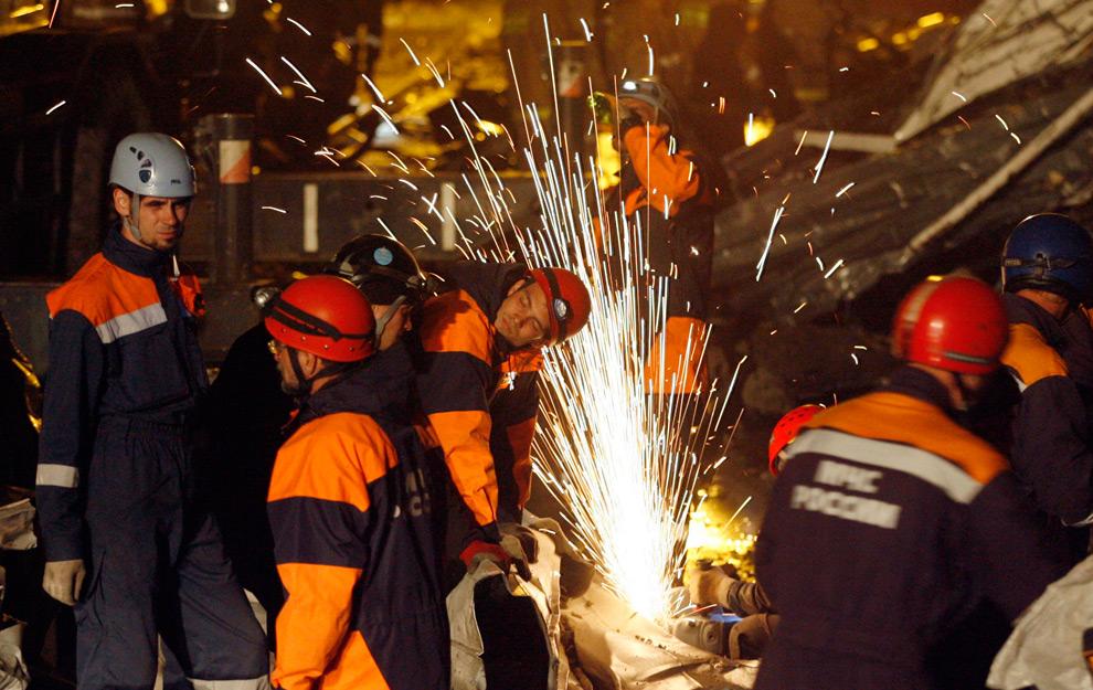 7. Спасатели режут сталь на месте аварии Саяно-Шушенской ГЭС 17 августа 2009 года. (REUTERS/Ilya Naymushin)