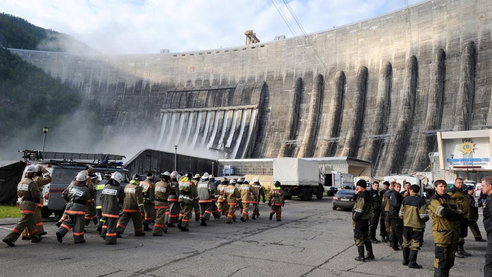 9. Спасатели МЧС работают на месте аварии 19 августа 2009 года. (ALEXANDER NEMENOV/AFP/Getty Images)