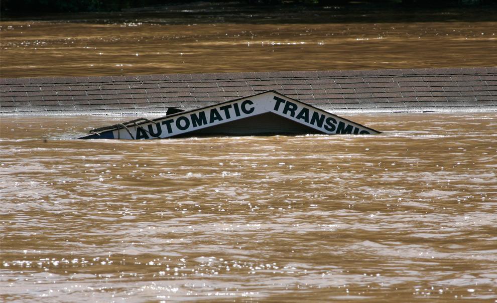 9. Крыша магазина автозапчастей практически невидна над размытой бухтой Свитуотер после того, как сильные ливни вызвали наводнение во вторник 22 сентября 2009 года в Остелле, штат Джорджия. (AP Photo/John Amis)
