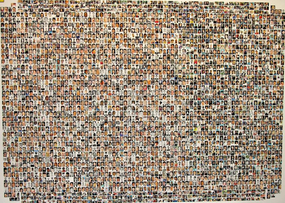11. Вещдок № P200336 из архива судебного разбирательства США против Закариаса Муссауи №01-455-A – коллаж фотографий почти 3 000 жертв, почти все из которых погибли во время теракта 11 сентября 2001 года (92 жертвы и все террористы считаются пропавшими). (USDOJ)