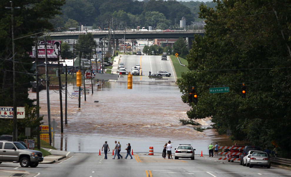 11. Вода из бухты Свитуотер бежит через закрытое шоссе Ветеранов 22 сентября 2009 года в Остелле, штат Джорджия. (Jessica McGowan/Getty Images)