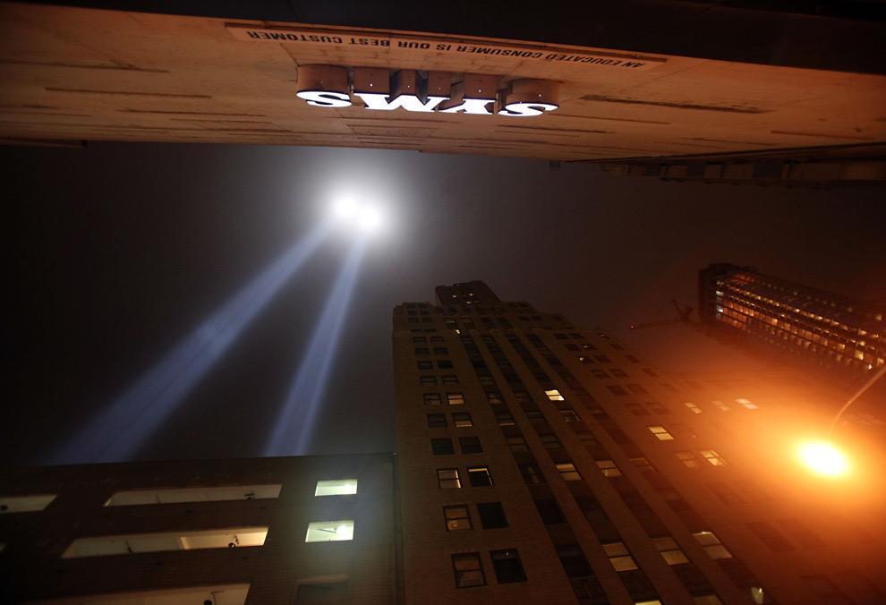 """12. """"Tribute in Light"""" – световая инсталляция недалеко от Всемирного торгового центра 10 сентября 2009 года в Нью-Йорке. Два столба света бьют в небо в память о башнях-близнецах. (Mario Tama/Getty Images)"""