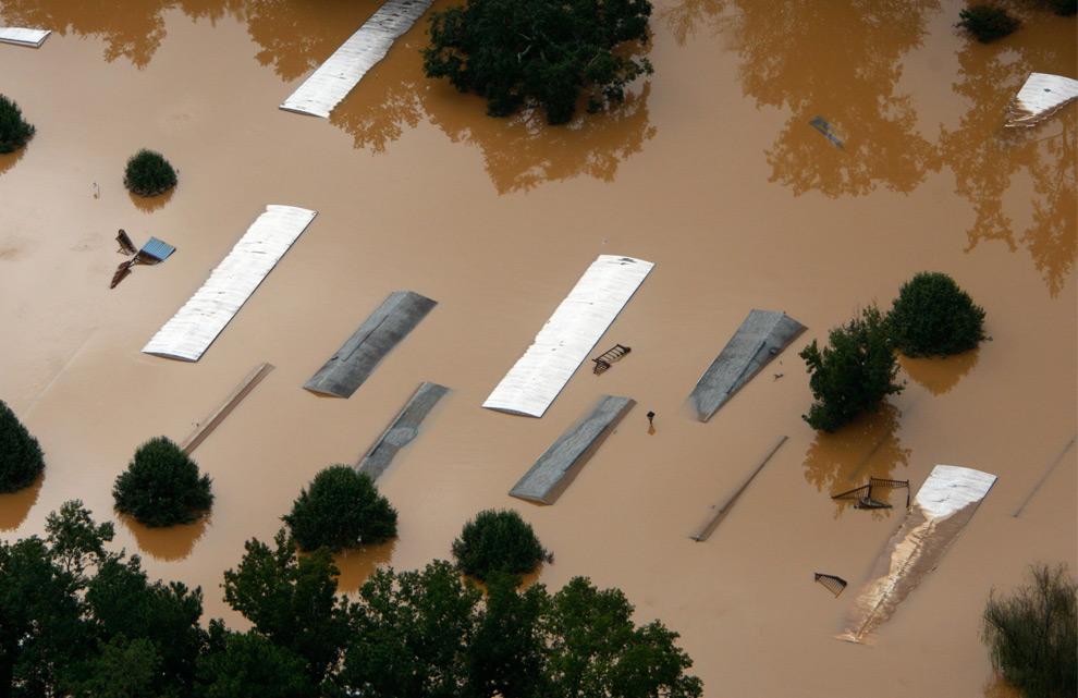 12. Крыши затопленных домов в Мэблтоне, штат Джорджия, во вторник 22 сентября 2009 года. (AP Photo/John Bazemore)