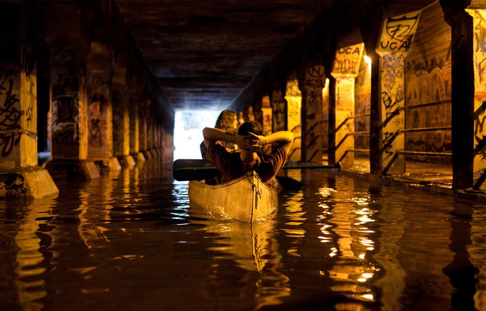 13. Местная парочка плывет на лодке по знаменитому тоннелю Атланты Крог 21 сентября 2009 года. (© Caroline Smith)