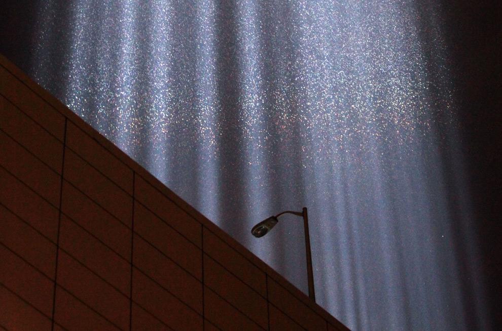 """13. Капли дождя на фоне столба света """"Tribute in Light"""" недалеко от места, где стояли башни-близнецы, 10 сентября 2009 года в Нью-Йорке. (Mario Tama/Getty Images)"""