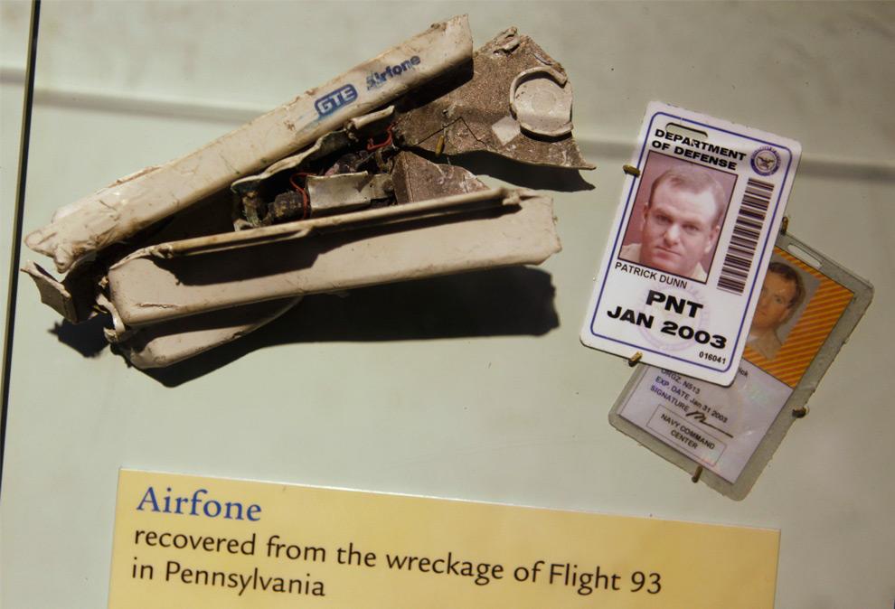 14. Средство воздушной связи из самолета Flight 93 (слева) и удостоверение личности сотрудника Пентагона Патрика Данна на выставке в Смитсоновском музее артефактов, посвященным атаке 11 сентября. Снимок сделан в среду 9 сентября 2009 года в Вашингтоне. (AP Photo/Evan Vucci)