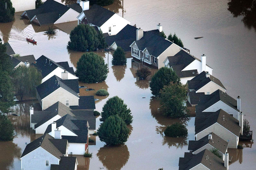 14. Вода от наводнения накрыла район Остелл в Атланте во вторник 22 сентября 2009 года после ливней, которые продолжались нескольких дней. (AP Photo/Journal Constitution, Phil Skinner)