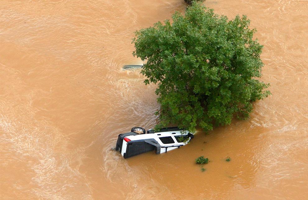 15. Брошенный в воде грузовик в Мэблтоне, штат Джорджия, во вторник 22 сентября 2009 года. (AP Photo/John Bazemore)