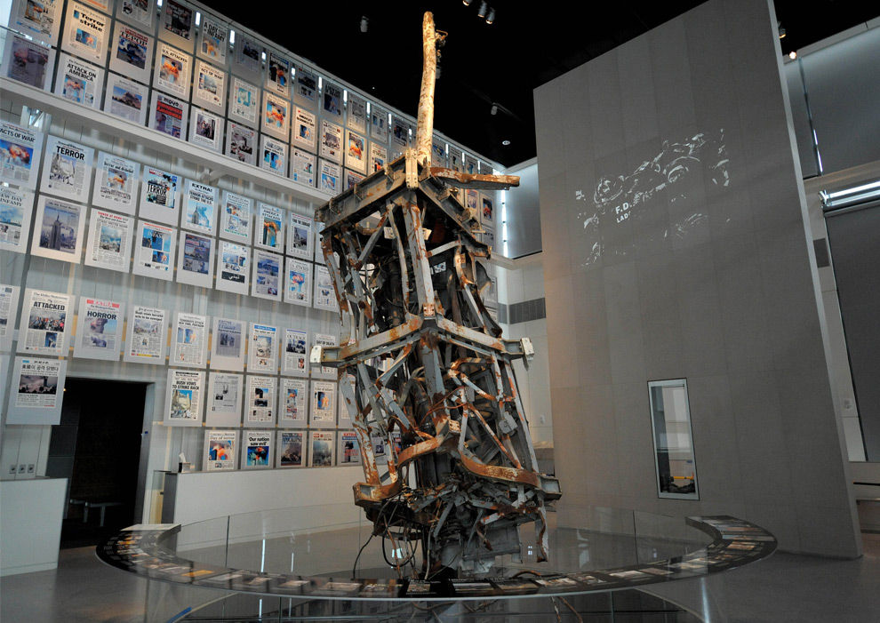 16. Искореженная ТВ антенна Всемирного торгового центра и стана, на которой представлены первые страницы газет того времени со всего мира являются одними из главных экспонатов выставки в музее «Newseum» 1 апреля 2008 года в Вашингтоне, округ Колумбия. (TIM SLOAN/AFP/Getty Images)