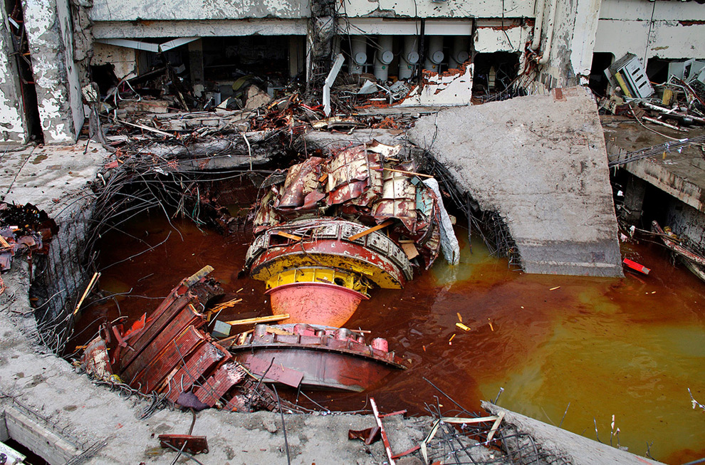 17. Разрушенное оборудование на Саяно-Шушенской ГЭС в понедельник 17 августа 2009 года. (AP Photo/ Rossiiskaya Gazeta Newspaper)