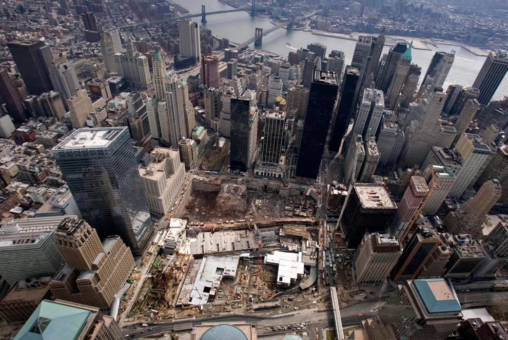 17. На этом фото, сделанном 22 марта 2009 года, показано место бывшего Всемирного торгового центра в финансовом районе Нью-Йорка. (AP Photo/Mark Lennihan)