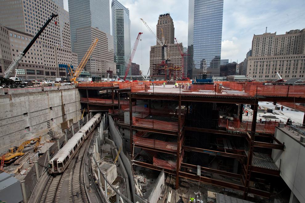 19. Электричка A PATH въезжает на территорию Всемирного торгового центра в Нью-Йорке, США, во вторник 8 сентября 2009 года. (Daniel Acker/Bloomberg)