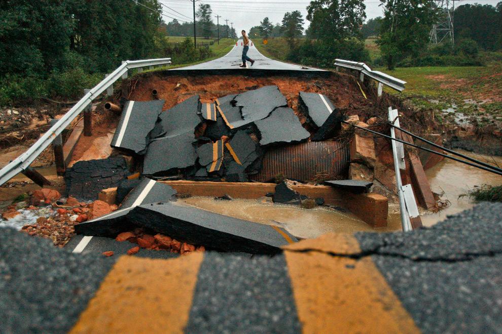 19. Блейк Фоулер смотрит на размытую дорогу рядом с Уинстоном, штат Джорджия, в понедельник 21 сентября 2009 года. (AP Photo/Atlanta Journal Constitution, John Spink)