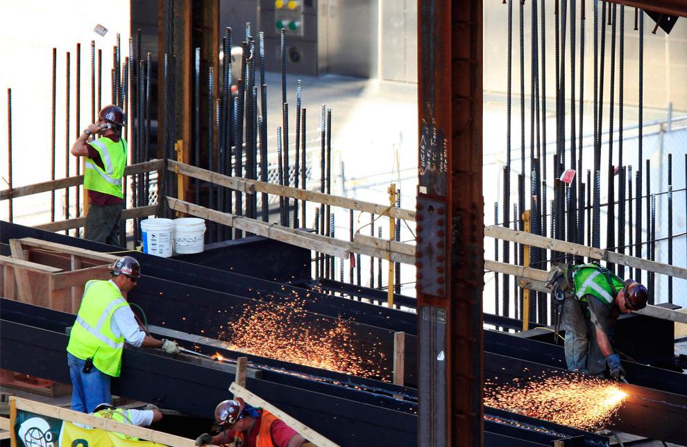 22. На этом снимке, сделанном 2 сентября 2009 года, рабочие режут сталь на месте возведения Всемирного торгового центра Башня 1 в Нью-Йорке. Высота башни, ранее известной как Башня Свободы, будет составлять 541 метр. (AP Photo/Mark Lennihan)
