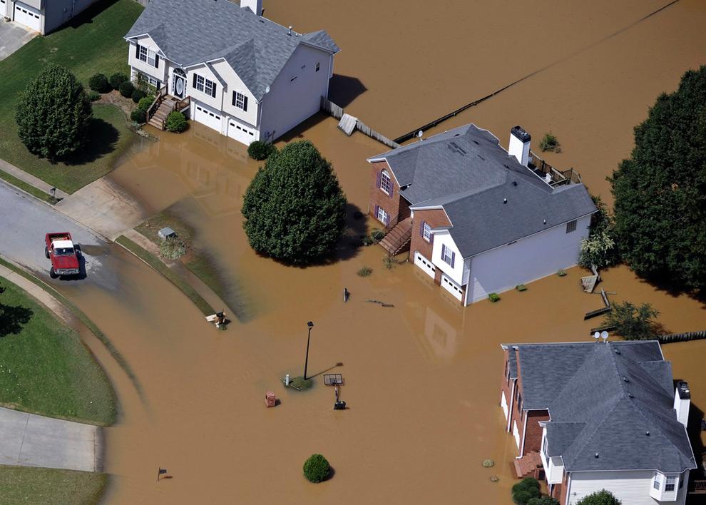 22. Дома в районе бухты Свитуотер в Атланте, штат Джорджия, погружены в воду на этом снимке, сделанном с воздуха 23 сентября 2009 года. (REUTERS/David Tulis)