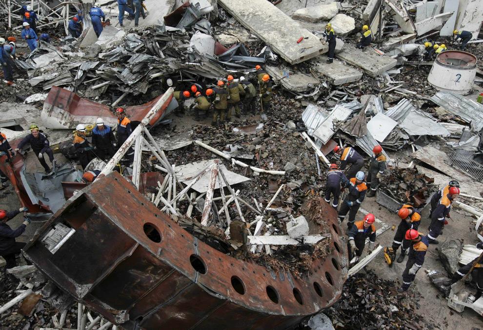 23. Спасатели работают над разбором обломков на Саяно-Шушенской ГЭС 21 августа 2009 года. (AP Photo)
