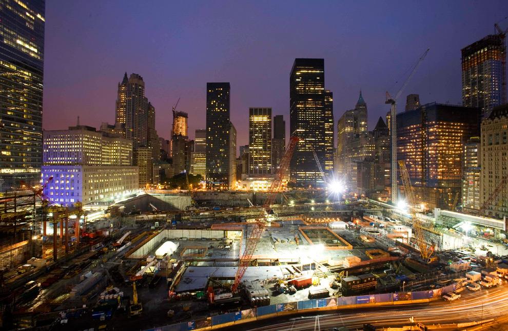 23. Место строительства Всемирного торгового центра утром в пятницу 11 сентября 2009 года в Нью-Йорке. (AP Photo/Mark Lennihan)