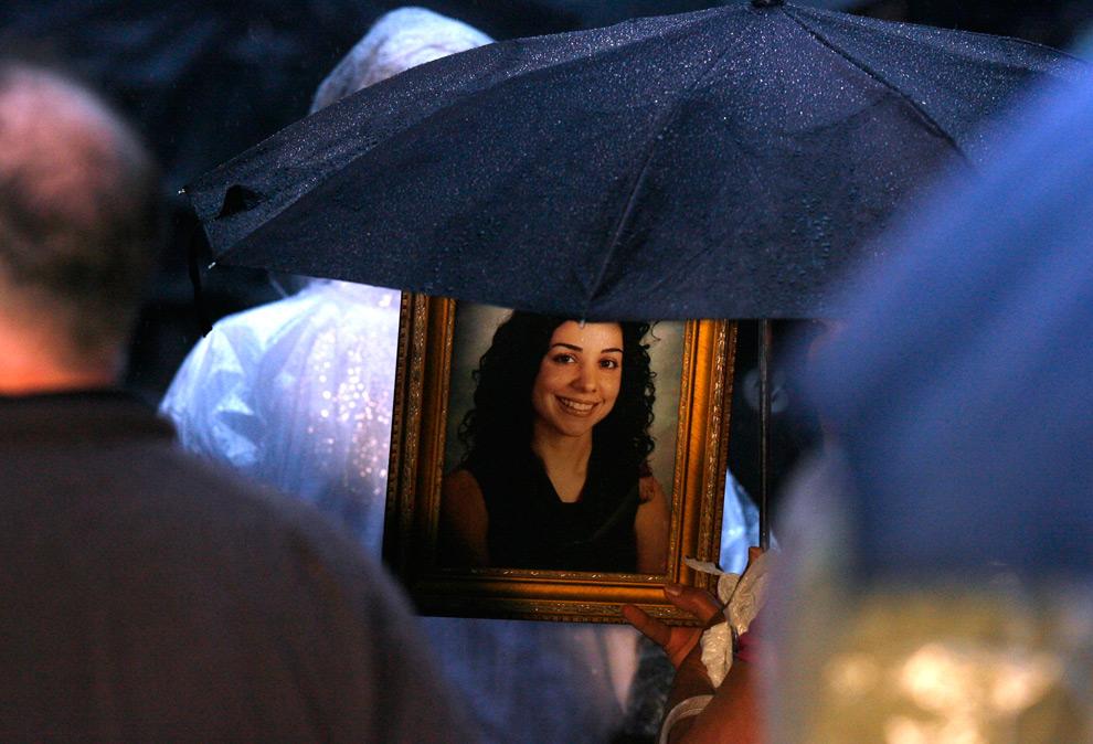 24. Фотография девушки в окружении зонтов друзей и родственников, пришедших на поминальную церемонию, посвященную жертвам террористической атаки 11 сентября 2001 года в парке Зуккотти во время восьмой годовщины трагедии в Нью-Йорке. (AP Photo/Jason DeCrow)