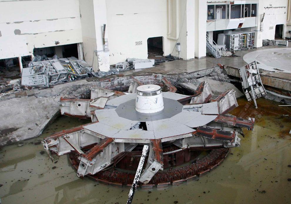 25. Разрушенный и затопленный машинный зал Саяно-Шушенской ГЭС 18 августа 2009 года. (REUTERS/Ilya Naymushin)