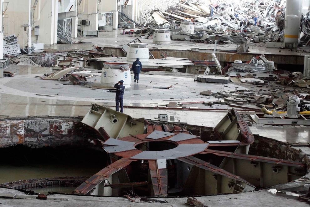 26. Общий вид разрушенного машинного зала Саяно-Шушенской ГЭС 18 августа 2009 года. (REUTERS/Ilya Naymushin)