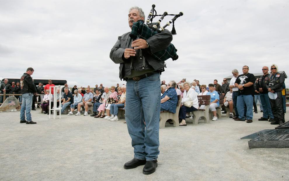 26. Том Коди – полицейский из Чикаго – играет на волынке в память о пассажирах и команде самолета United Flight 93 на памятнике за городом Шэнксвилль, штат Пенсильвания, 10 сентября 2009 года. (REUTERS/ Jason Cohn)