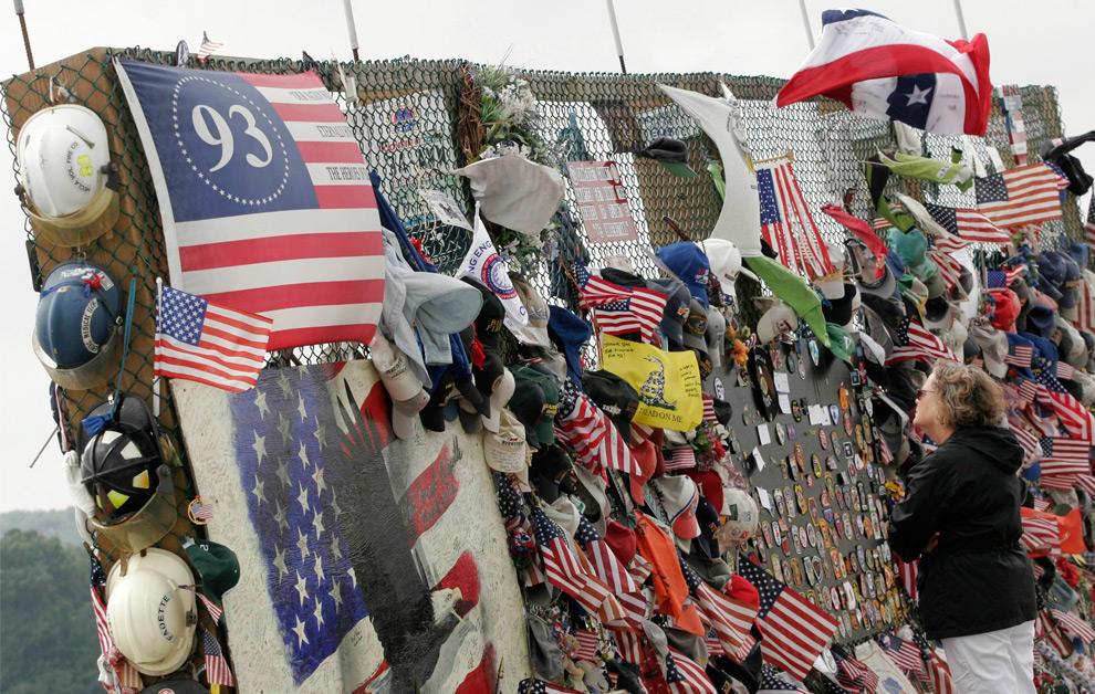 27. Женщина смотрит на предметы, оставленные на памятнике, посвященном рейсу Flight 93, у города Шэнксвилль, штат Пенсильвания, 10 сентября 2009 года. (REUTERS/Jason Cohn)