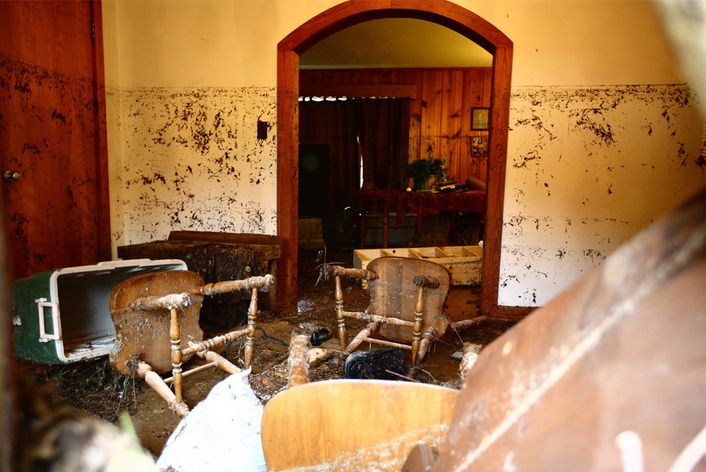 27. Разнесенная наводнением комната, на стенах которой можно заметить уровень воды. Снимок сделан недалеко от Саванны, штат Теннеси, в среду 23 сентября 2009 года. (AP Photo/The Jackson Sun, Devin Wagner)