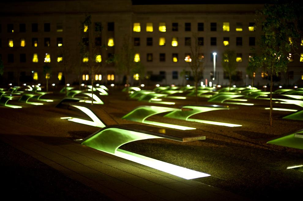 28. На этом снимке, сделанном в Арлингтоне, штат Вирджиния, в среду 24 сентября 2008 года, мемориал в Пентагоне подсвечивается в ночи. (Globe Photo/Wiqan Ang)