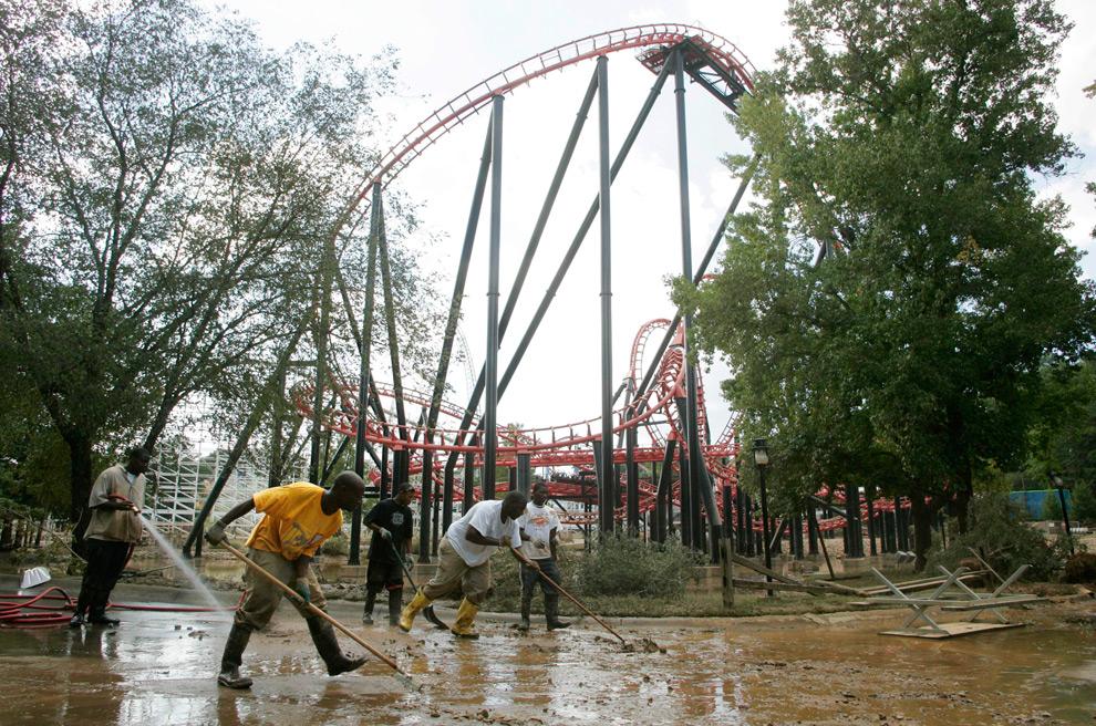 29. Команда обслуживания, включая Майкла Уоттса младшего (второй слева), работает над расчисткой грязи и обломков у подножья американских горок «Ниндзя», оставшихся от наводнения в парке развлечений в четверг 24 сентября 2009 года в Атланте. (AP Photo/John Amis)