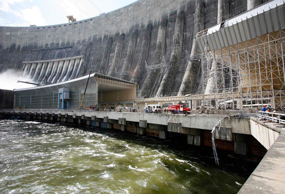 29. Общий вид на ущерб, причиненный Саяно-Шушенской ГЭС. Снимок сделан на реке Енисей, недалеко от поселка Черемушки 18 августа 2009 года. (REUTERS/Ilya Naymushin)