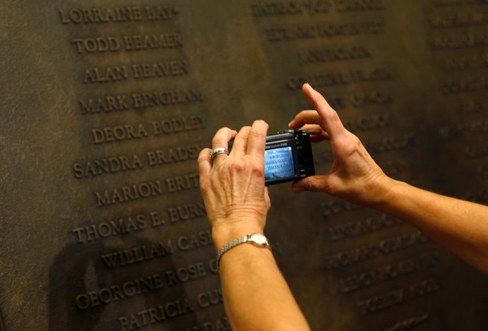 30. Женщина фотографирует мемориальную доску посвященную погибшим рейса Flight 93, которая была открыта в Капитолии в среду 9 сентября 2009 года в Вашингтоне, округ Колумбия. (AP Photo/Evan Vucci)