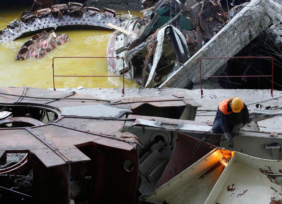 30. Спасатели работают над разбором обломков ГЭС 20 августа 2009 года. (REUTERS/Ilya Naymushin)
