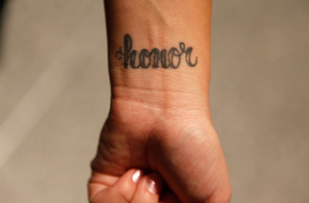 31. Сара Уайнио демонстрирует татуировку на запястье с именем своей сестры Онор, погибшей в самолете Flight 93, 9 сентября 2009 года в Вашингтоне, округ Колумбия. (AP Photo/Evan Vucci)