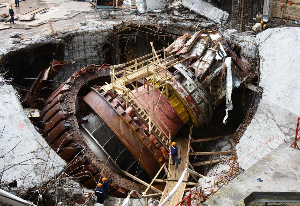 31. Российские спасатели на разрушенной Саяно-Шушенской ГЭС в четверг 3 сентября 2009 года. Планируется разобрать и заменить три разрушенные турбины и починить оставшиеся семь. (AP Photo/Vitaly Bezrukikh)