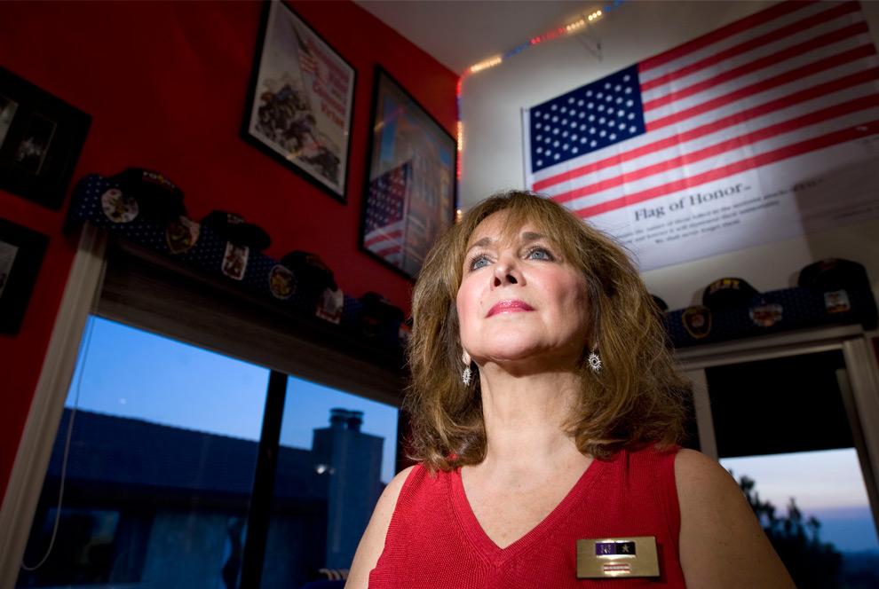 32. На этом снимке, сделанном 2 сентября 2009 года, Энджи Кардашиан, выступавшая добровольцем в Нью-Йорке после терактов 11 сентября, позирует у себя дома в Тустине, штат Калифорния. В восьмую годовщину терактов 11 сентября 2001 года был сделан акцент на добровольческую деятельность. (AP Photo/Chris Carlson)