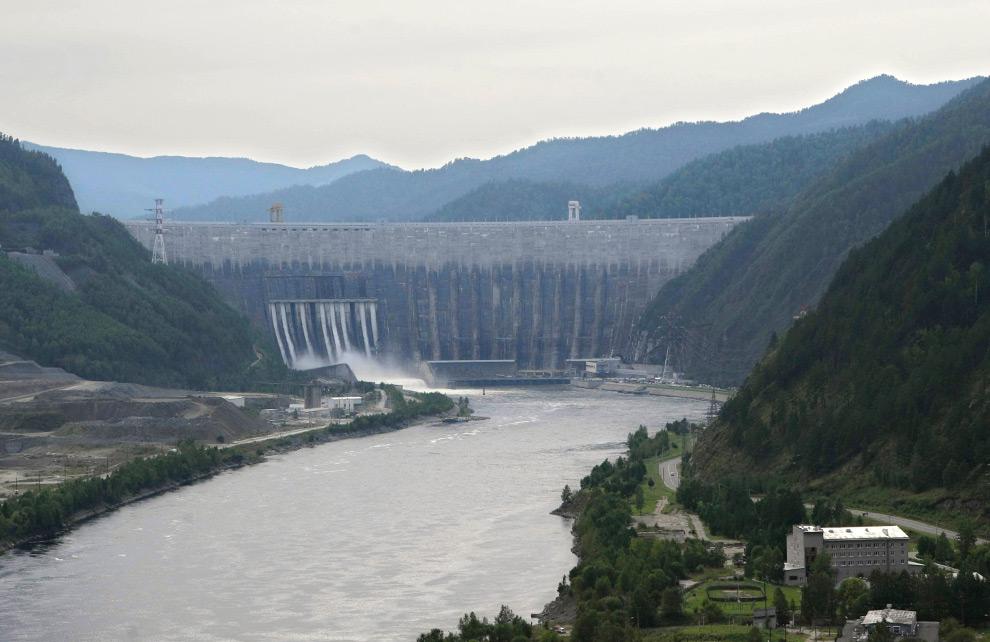 32. Общий вид на Саяно-Шушенскую ГЭС в южной Сибири в пятницу 21 августа 2009 года. (AP Photo)