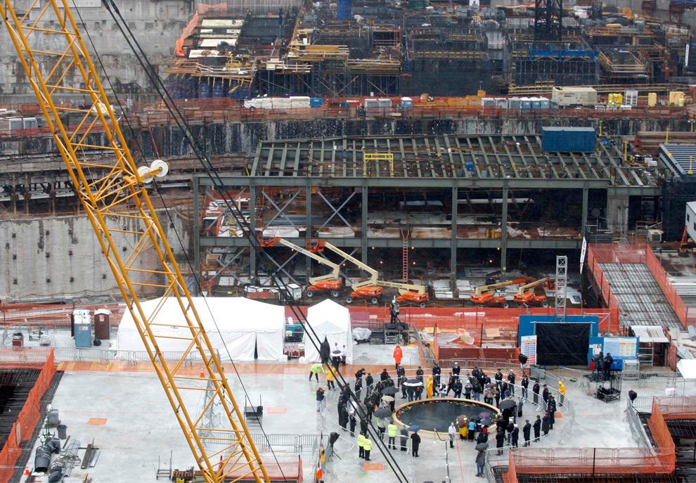 34. Члены семей поминают погибших на месте бывших башен-близнецов в восьмую годовщину атаки на Всемирный торговый центр в Нью-Йорке, 11 сентября 2009 года. (REUTERS/Gary Hershorn)