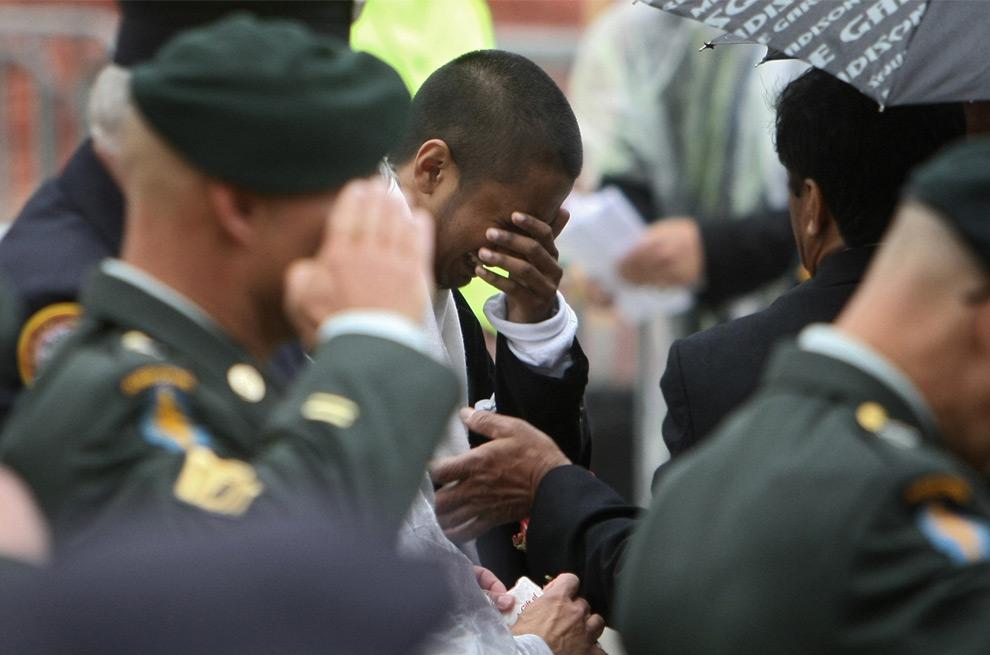 35. Члены семей отдают дань уважения и памяти погибшим в теракте 11 сентября 2001 года. Снимок сделан на нулевой отметке во время восьмой годовщины трагедии. (CHANG W. LEE/AFP/Getty Images)