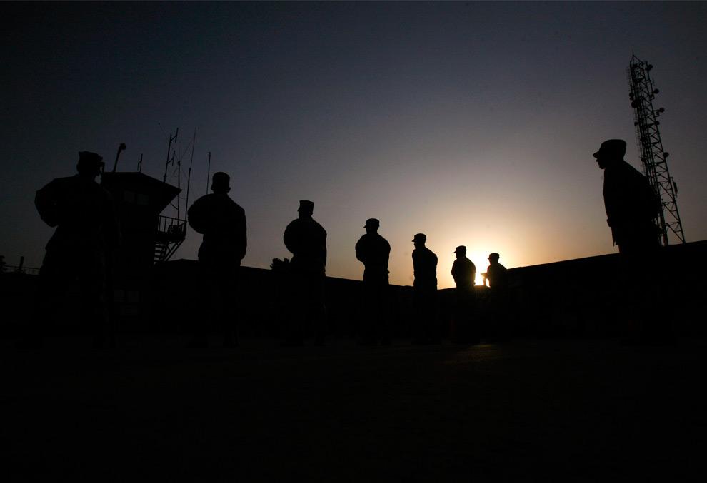 36. Солдаты из Объединенного временного командования безопасности в Афганистане отдают дань уважения и памяти погибшим в терактах 11 сентября. Снимок сделан во время поминальной церемонии в Кабуле, Афганистан, на закате в пятницу 11 сентября 2009 года. (AP Photo/Manish Swarup)