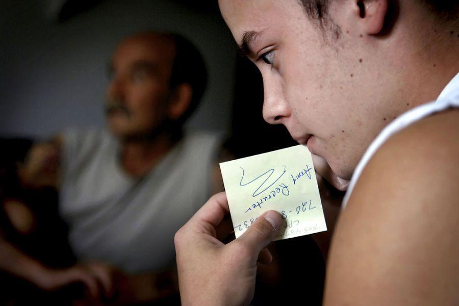 1. 1 июня 2007 года 14:03. Ян перезванивает сержанту первого класса Гавино Баррону, командиру в военкомате. В 17 лет Ян вступил в тренировочную программу будущих cолдатов, которая готовит рекрутов для зачисления в армию.